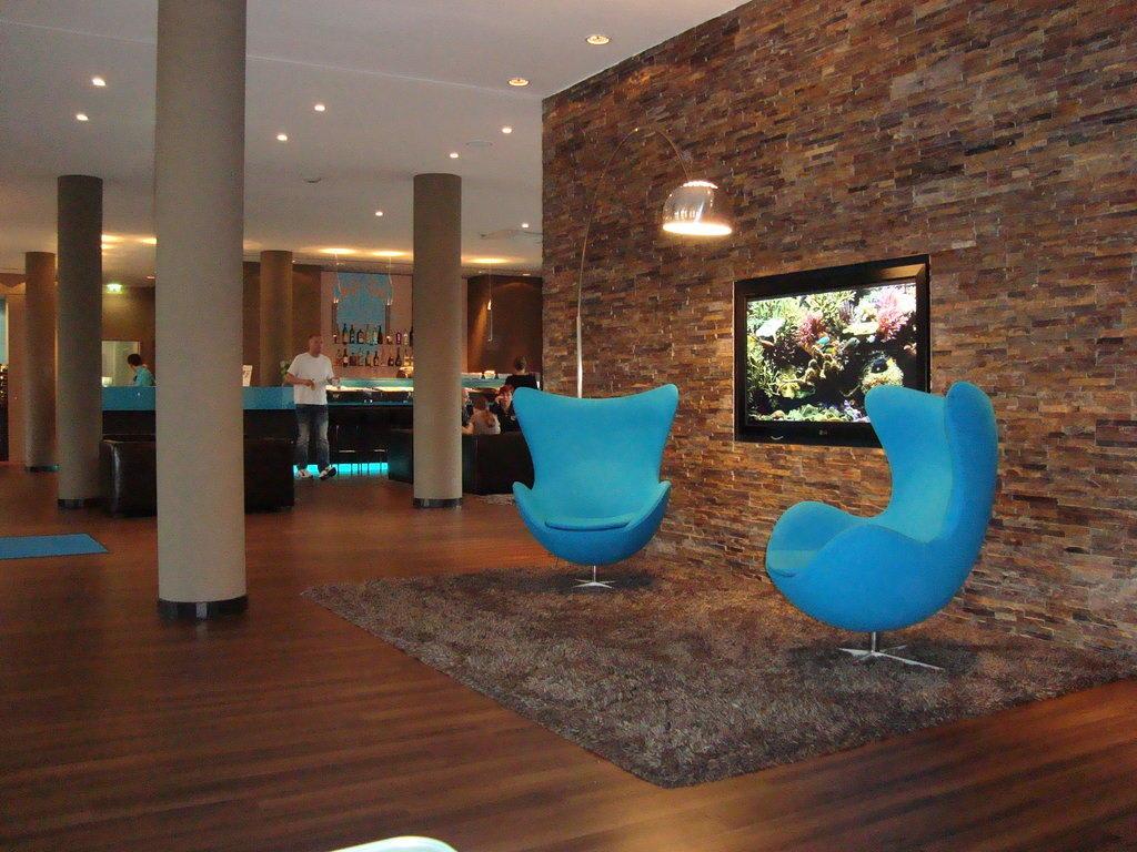bild offene lobby mit loungebereich zu motel one hamburg airport in hamburg nord. Black Bedroom Furniture Sets. Home Design Ideas
