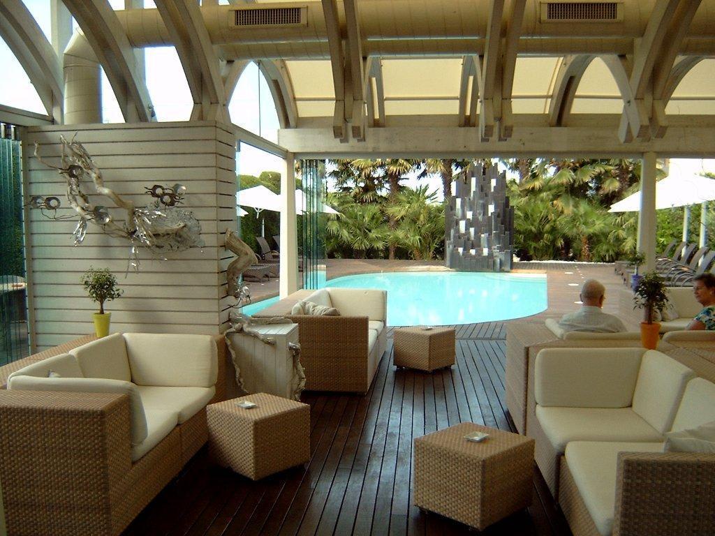 Bild bar im wintergarten mit blick auf einen von 3 pool zu color hotel style design in bardolino - Wintergarten mit pool ...