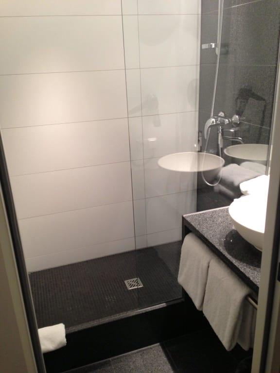 bild bad mit ger umiger dusche zu motel one berlin hauptbahnhof in berlin mitte. Black Bedroom Furniture Sets. Home Design Ideas