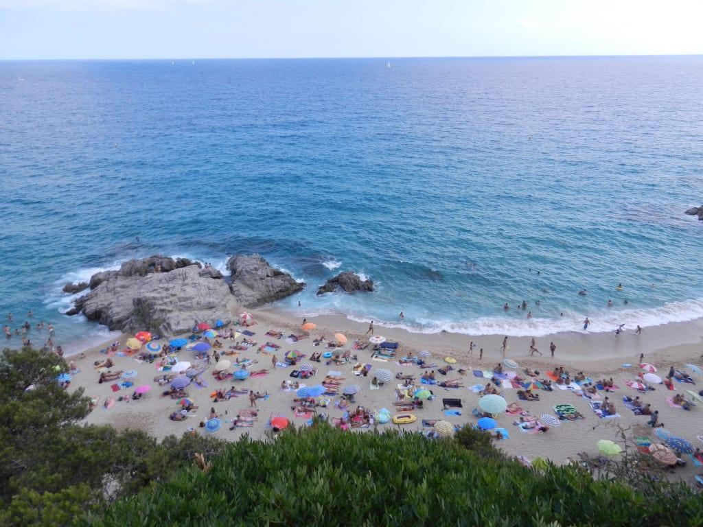 vollbild lloret schoener nudisten strand boadella naturschatten