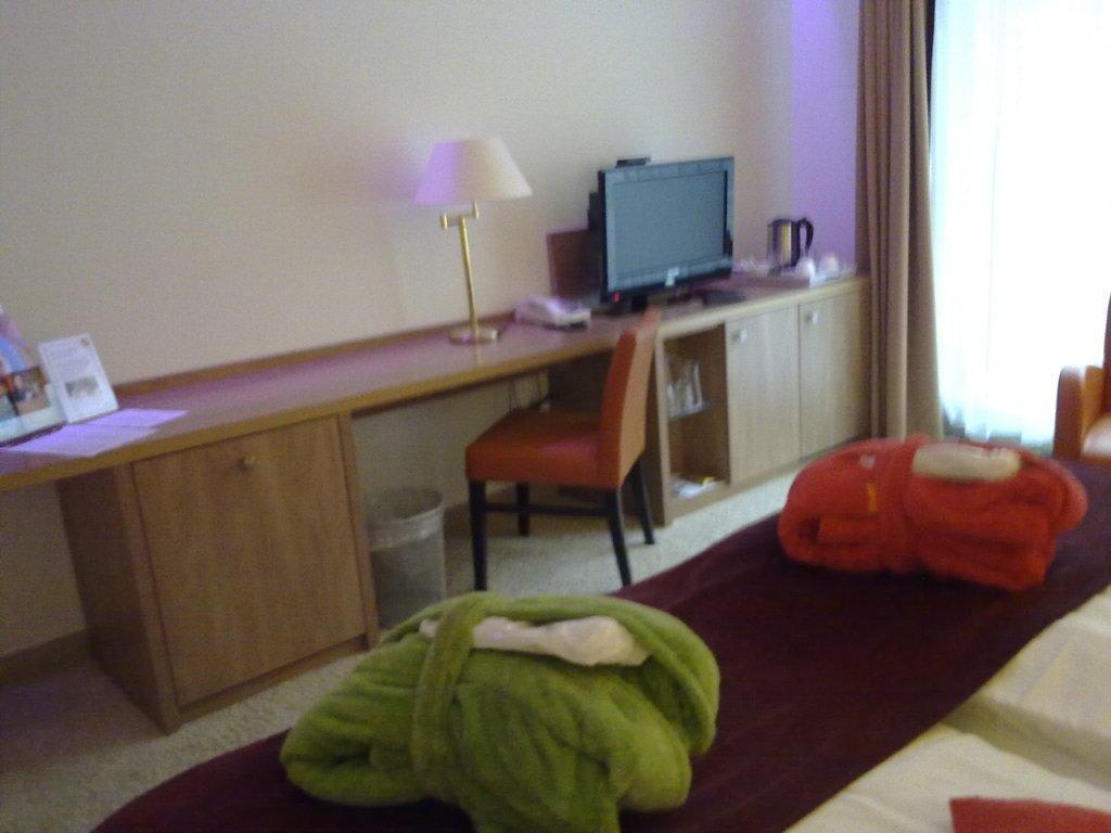 bild versenkbarer fernseher zu hotel spa sommerfeld in. Black Bedroom Furniture Sets. Home Design Ideas