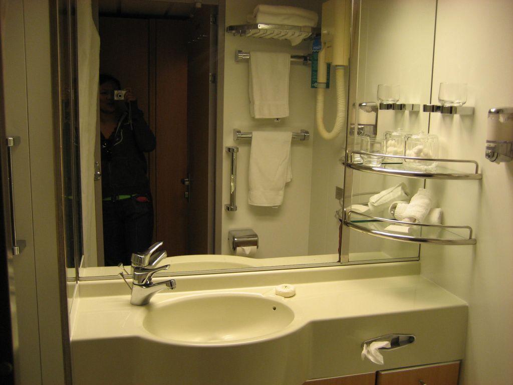 bild badezimmer innenkabine 9003 zu mein schiff 1 in. Black Bedroom Furniture Sets. Home Design Ideas