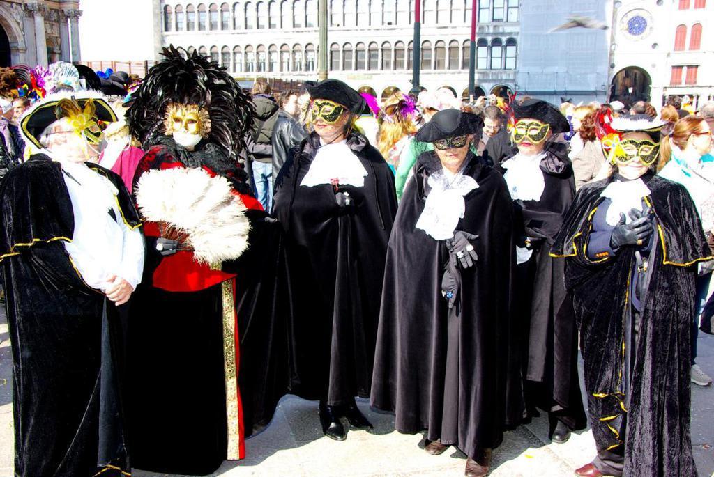 bild kost me masken show venedig 2011 zu karneval in venedig. Black Bedroom Furniture Sets. Home Design Ideas