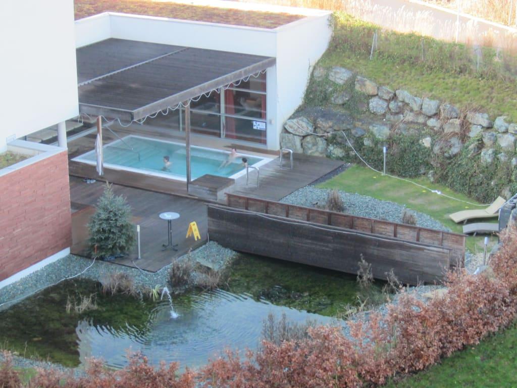 bild au enbereich sauna mit geheiztem whirlpool zu falkensteiner therme golf hotel bad. Black Bedroom Furniture Sets. Home Design Ideas