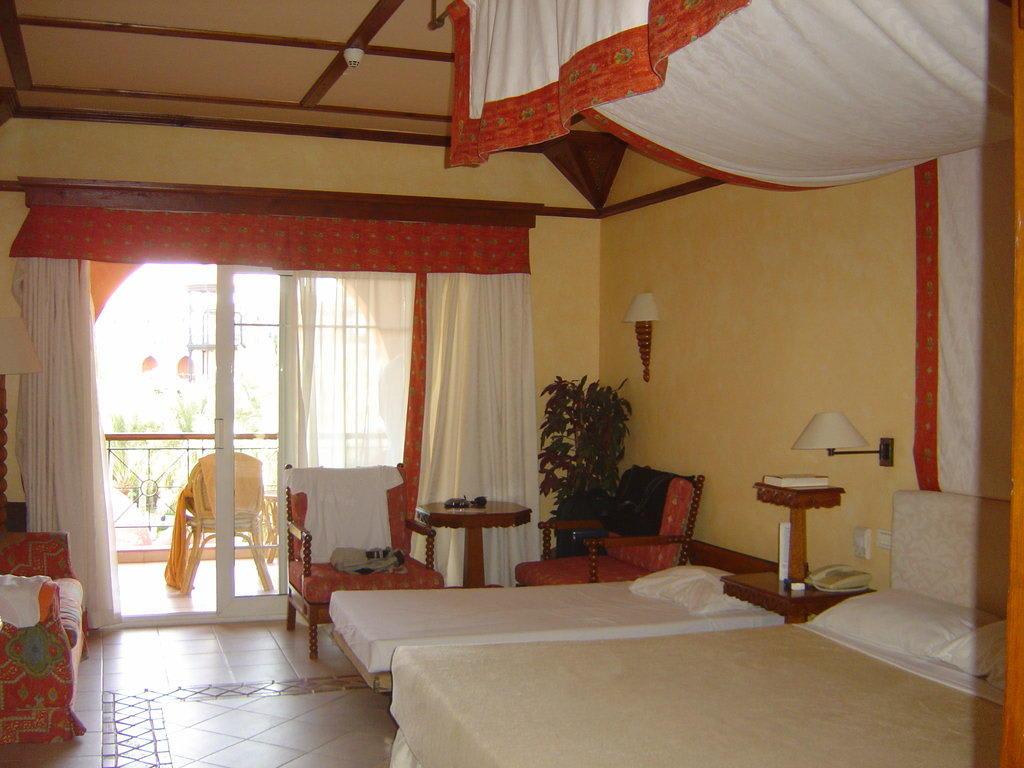 bild doppelzimmer deluxe mit zustellbett zu hotel grand resort in hurghada. Black Bedroom Furniture Sets. Home Design Ideas