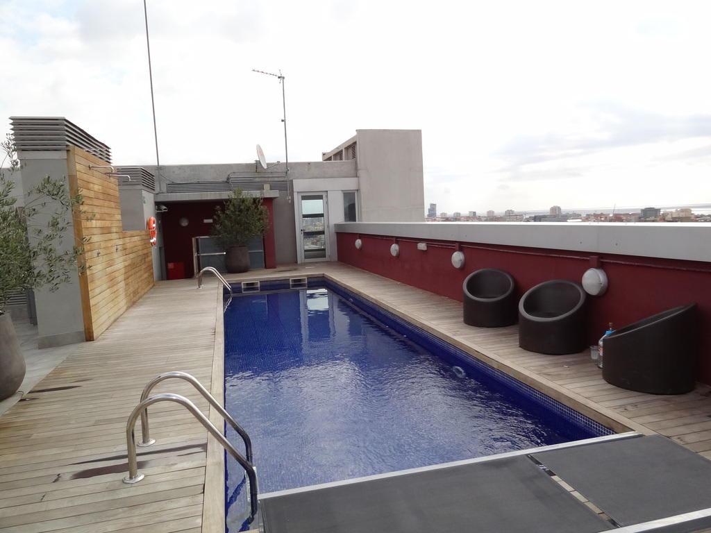 bild dachterrasse mit pool zu residencia melon district marina in barcelona. Black Bedroom Furniture Sets. Home Design Ideas