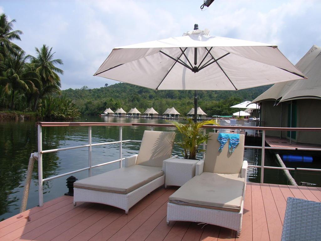 Bild u0026quot;Terrasse vor Zelt u0026quot; zu Hotel 4 Rivers Floating Lodge