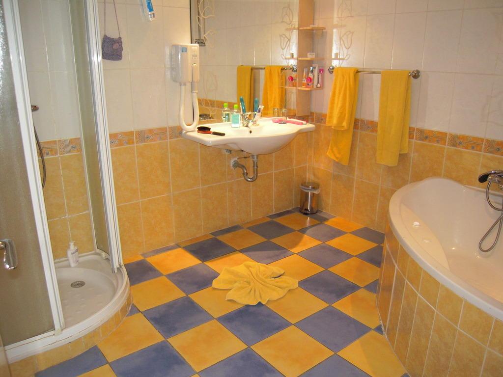 Hotel salle de bain avec jacuzzi solutions pour la for Kit salle de bain hotel