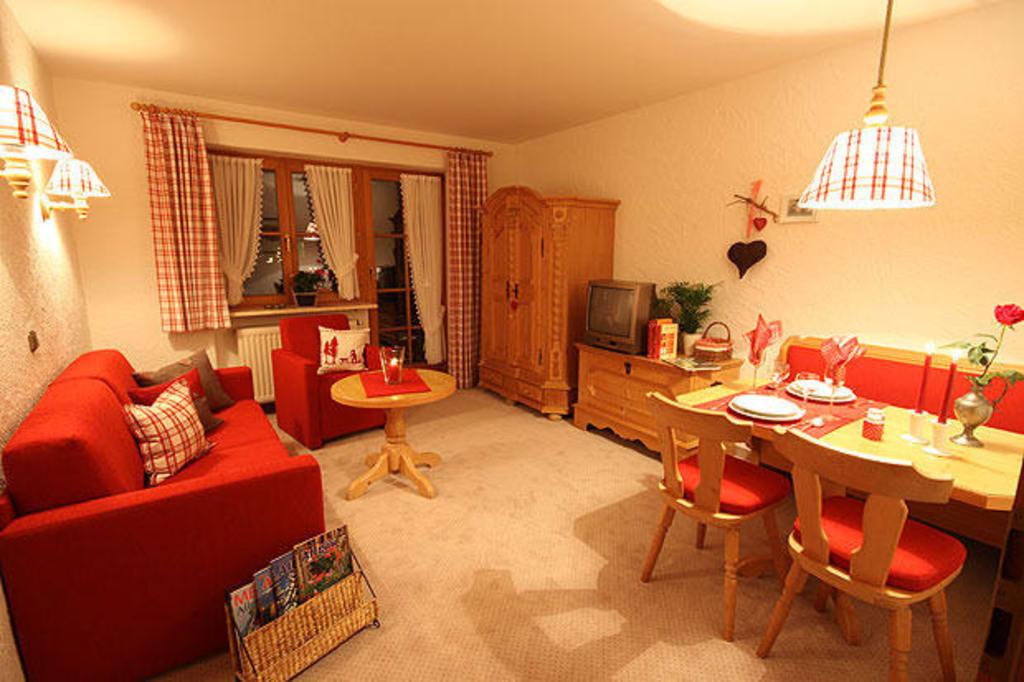 Bild wohnzimmer zu landhaus exclusiv in bolsterlang for Wohnzimmer landhaus