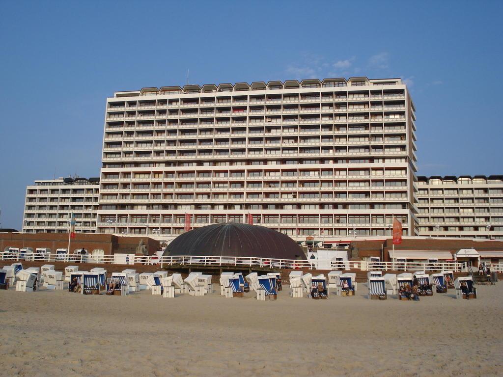 bild blick vom strand zu strandhotel monbijou garni in westerland sylt. Black Bedroom Furniture Sets. Home Design Ideas