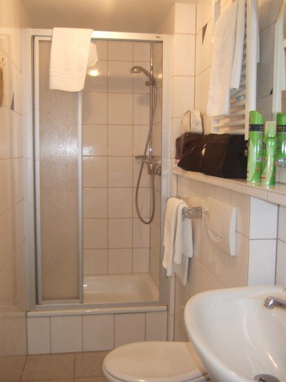 """Bild """"Kleines Badezimmer mit Dusche"""" zu Rhein Hotel Bacharach in Bacharach"""