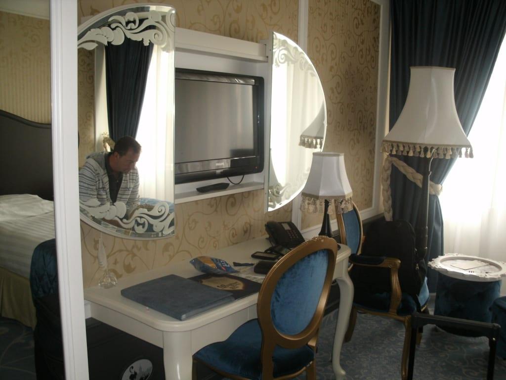bild versteckter fernseher zu efteling hotel in kaatsheuvel. Black Bedroom Furniture Sets. Home Design Ideas