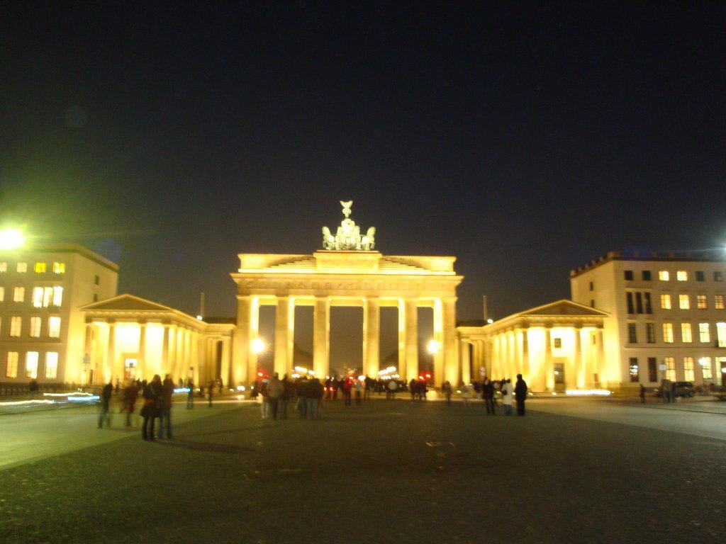 Bild abendeliche totalaufnahme zu brandenburger tor in for Stempel berlin mitte