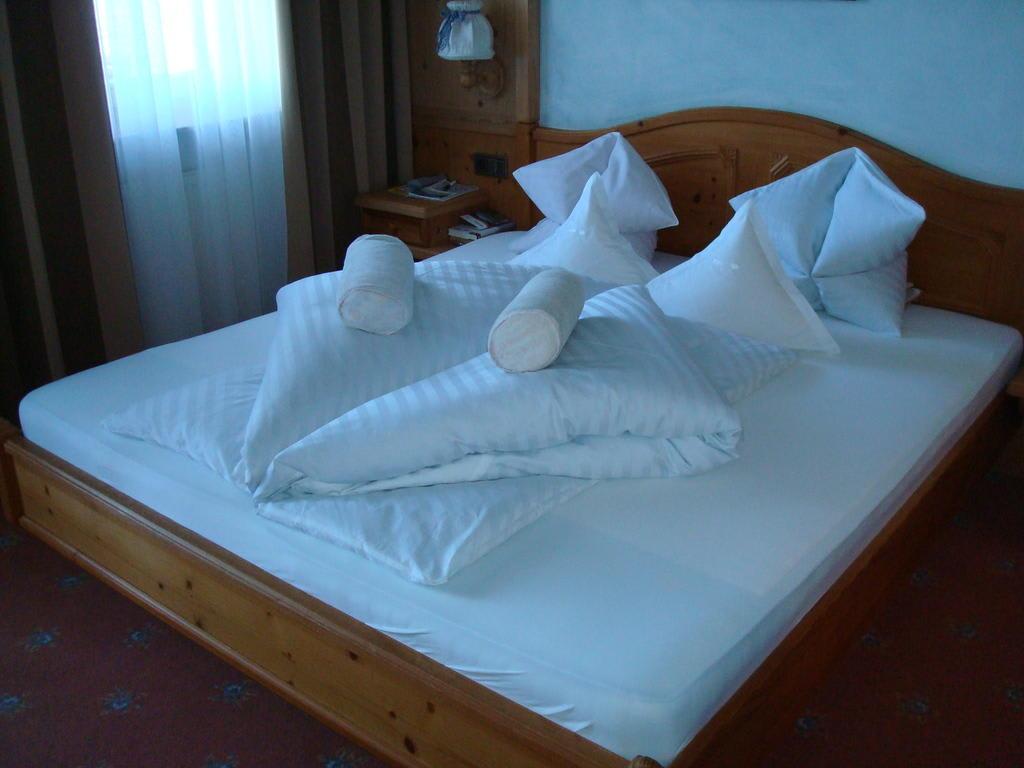 bild sch n gemachte betten zu hotel alpenhof in dorf tirol tirolo. Black Bedroom Furniture Sets. Home Design Ideas
