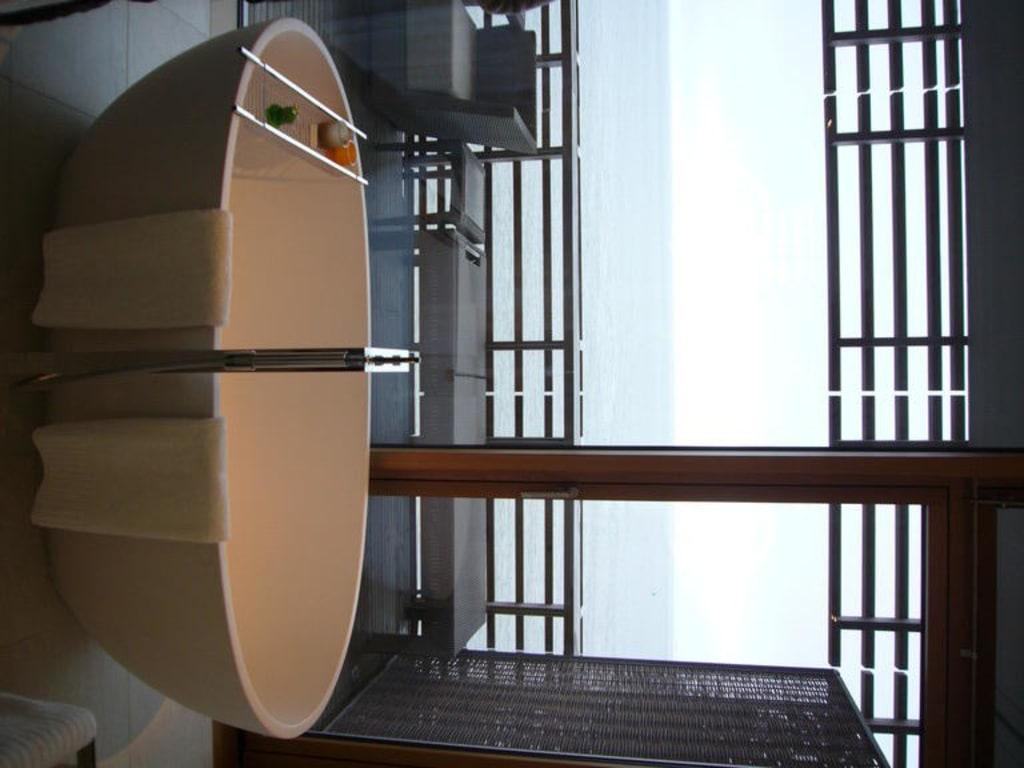 bild badewanne mit meerblick zu budersand hotel golf spa sylt in h rnum sylt. Black Bedroom Furniture Sets. Home Design Ideas