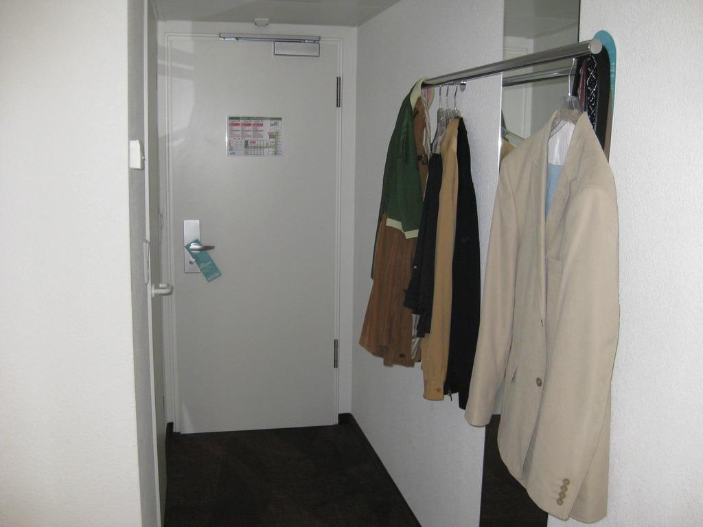 bild fehlender kleiderschrank zu motel one m nchen sendlinger tor in m nchen. Black Bedroom Furniture Sets. Home Design Ideas