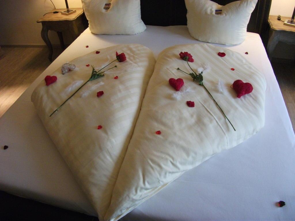Bild romantische deko zu hotel villa toskana in leimen for Hotelzimmer deko