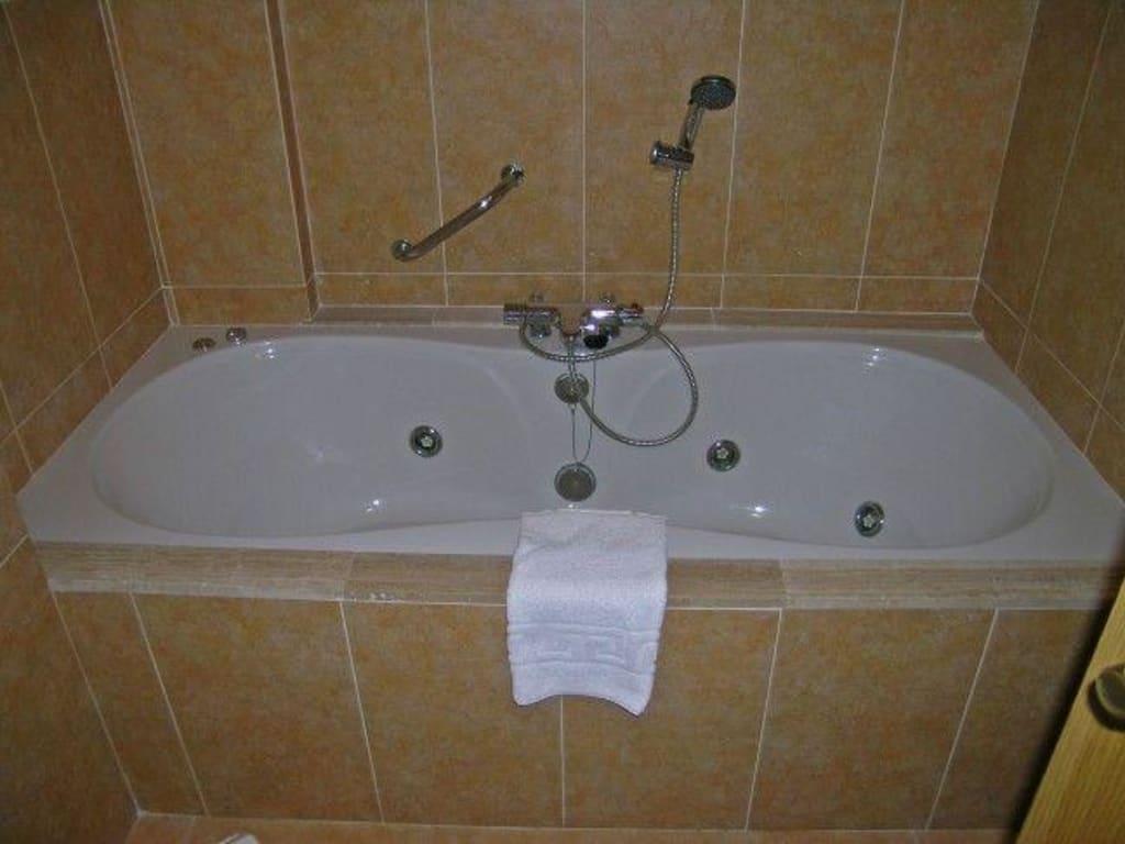 bild badewanne mit massaged sen zu vanity hotel suite in. Black Bedroom Furniture Sets. Home Design Ideas