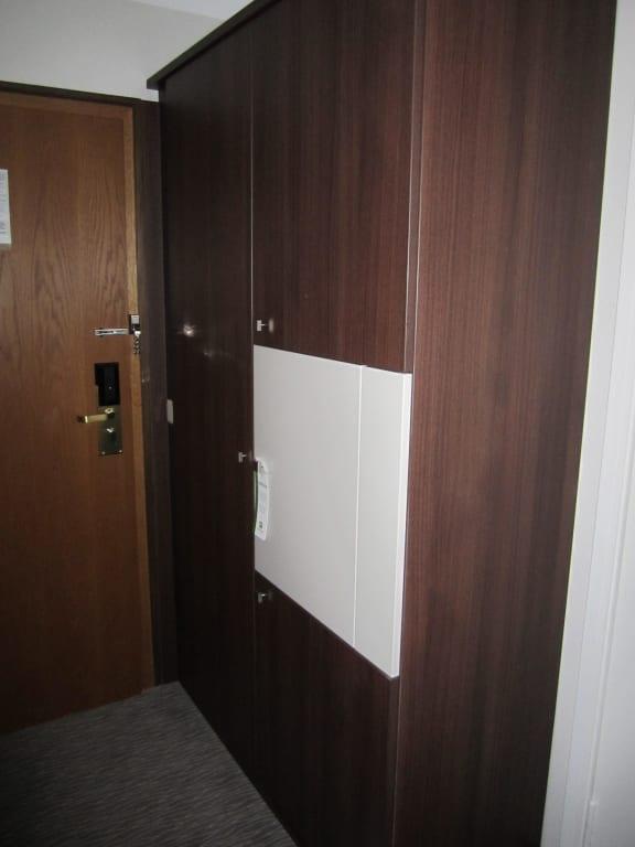 bild schrank mit minibar und saft zu leonardo hotel heidelberg walldorf in walldorf. Black Bedroom Furniture Sets. Home Design Ideas