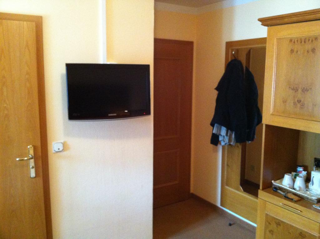bild eingang mit garderobe und fernseher zu hotel fischerhaus in starnberg. Black Bedroom Furniture Sets. Home Design Ideas