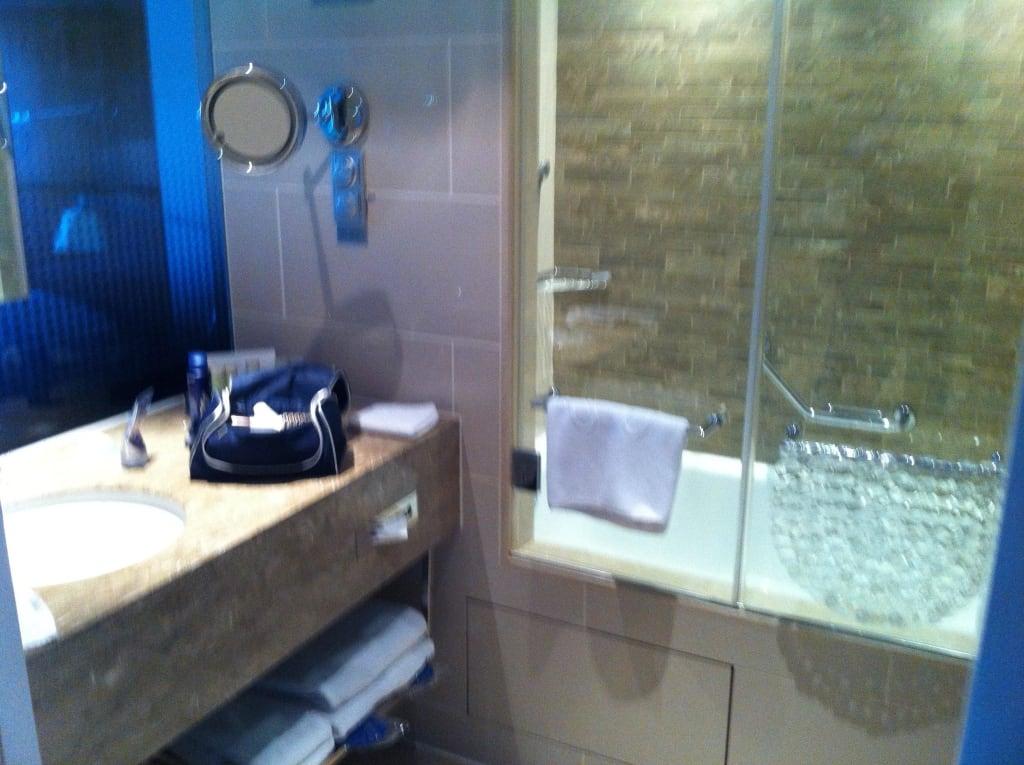 bild das kleine badezimmer zu radisson blu hotel bosphorus in istanbul. Black Bedroom Furniture Sets. Home Design Ideas