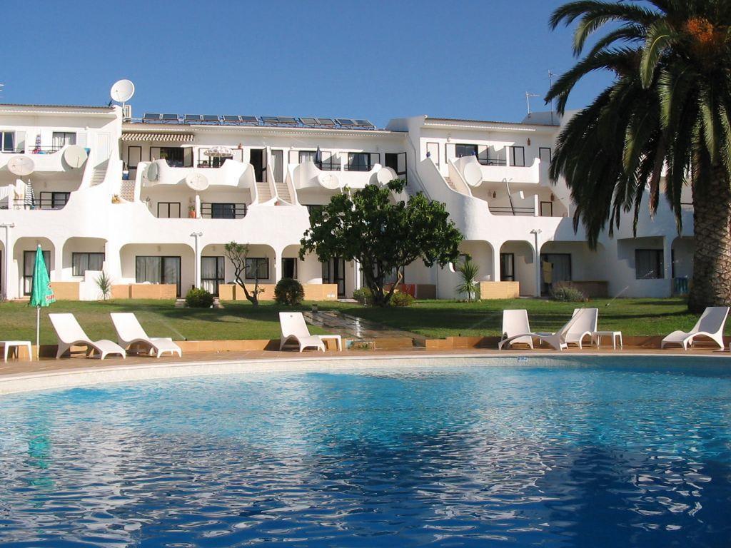 bild kleiner pool im h bschen garten zu hotel residencial vilamar in praia da luz. Black Bedroom Furniture Sets. Home Design Ideas