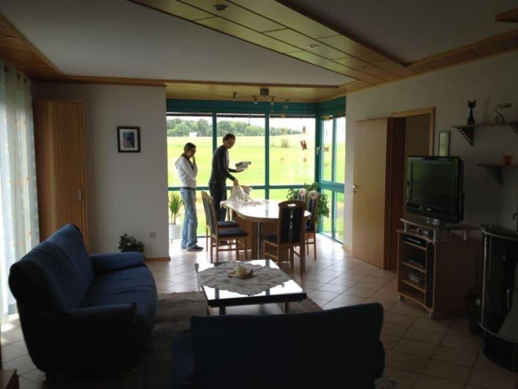 bild wohnzimmer mit essecke zu ferienhaus anne in hersdorf. Black Bedroom Furniture Sets. Home Design Ideas