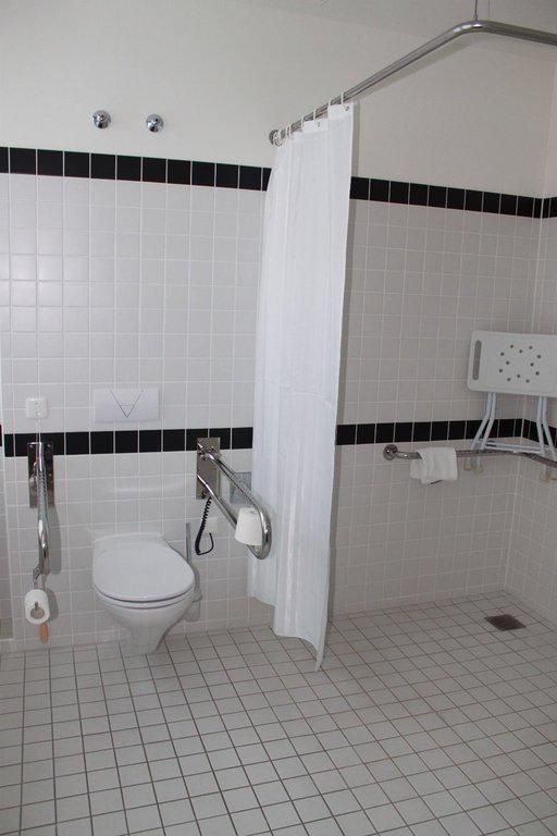 bild behindertengerechte toilette und dusche zu azimut. Black Bedroom Furniture Sets. Home Design Ideas
