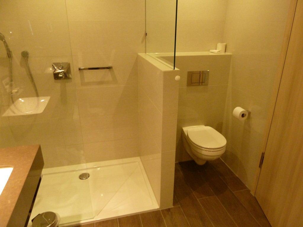 bild die toilette neben der dusche zu hotel van der valk airporthotel d sseldorf in d sseldorf. Black Bedroom Furniture Sets. Home Design Ideas