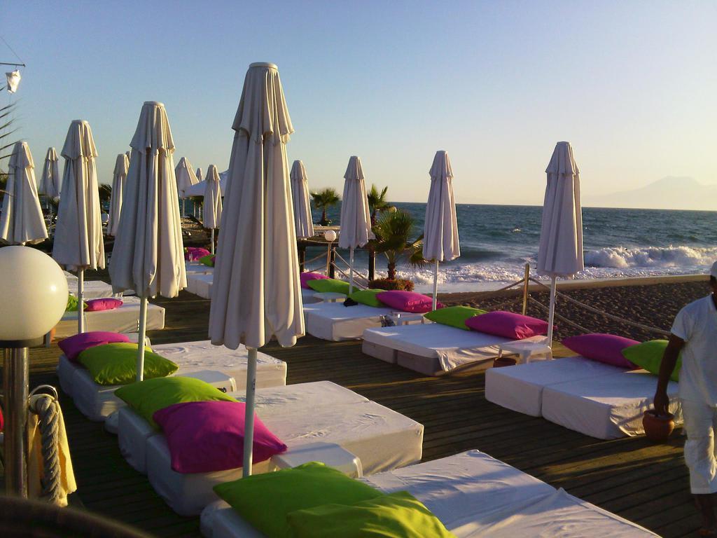 bild im bett am strand traumhaft zu hotel delphin diva premiere in lara. Black Bedroom Furniture Sets. Home Design Ideas