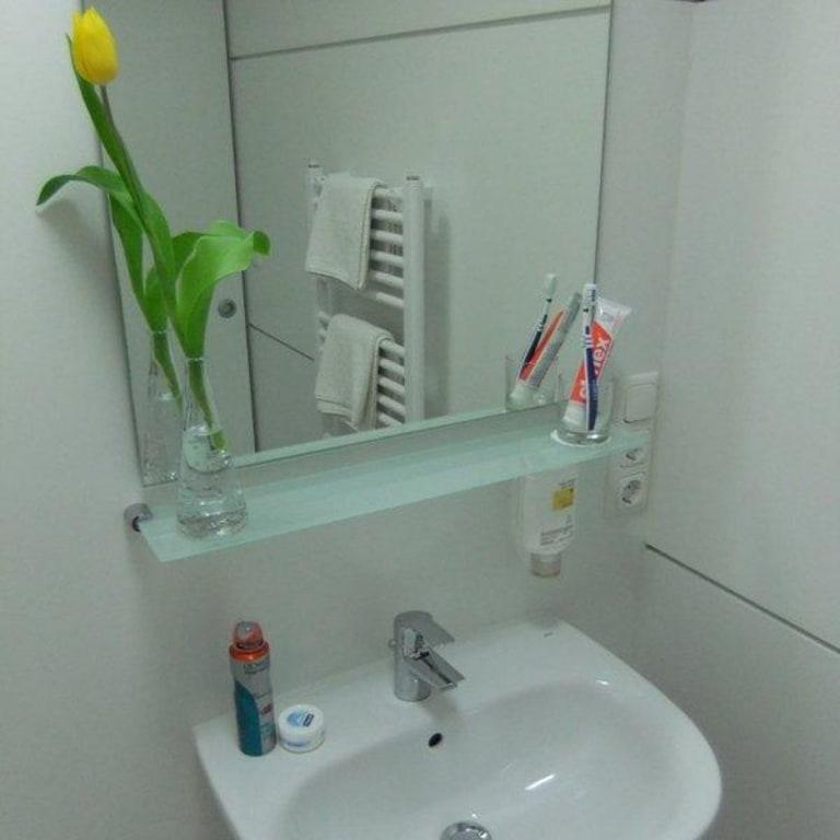 bild badezimmer mit dusche und viel ablagefl che zu mk. Black Bedroom Furniture Sets. Home Design Ideas