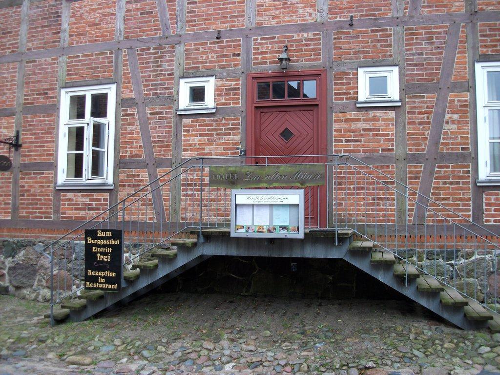 bild eingangstreppe zu hotel zur alten m nze in burg. Black Bedroom Furniture Sets. Home Design Ideas