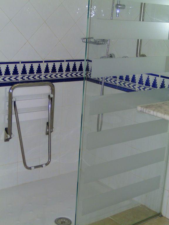 bild dusche auch f r rollstuhlfahrer zu hotel h10 timanfaya palace in playa blanca de yaiza. Black Bedroom Furniture Sets. Home Design Ideas