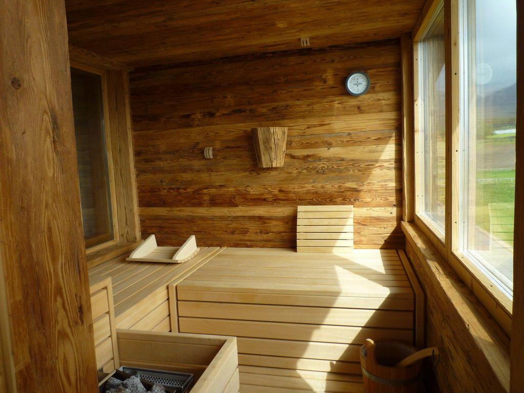 bild sauna auf dem balkon zu alpenresort schwarz in mieming. Black Bedroom Furniture Sets. Home Design Ideas