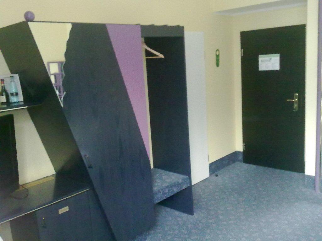 bild kleiderschrank 80er jahre style zu nordic hotel domicil in hamburg. Black Bedroom Furniture Sets. Home Design Ideas