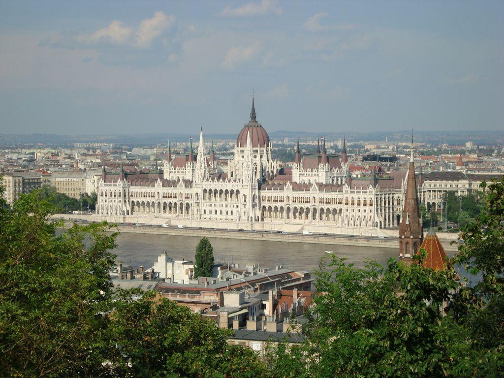 bild donau in budapest zu parlament in budapest. Black Bedroom Furniture Sets. Home Design Ideas