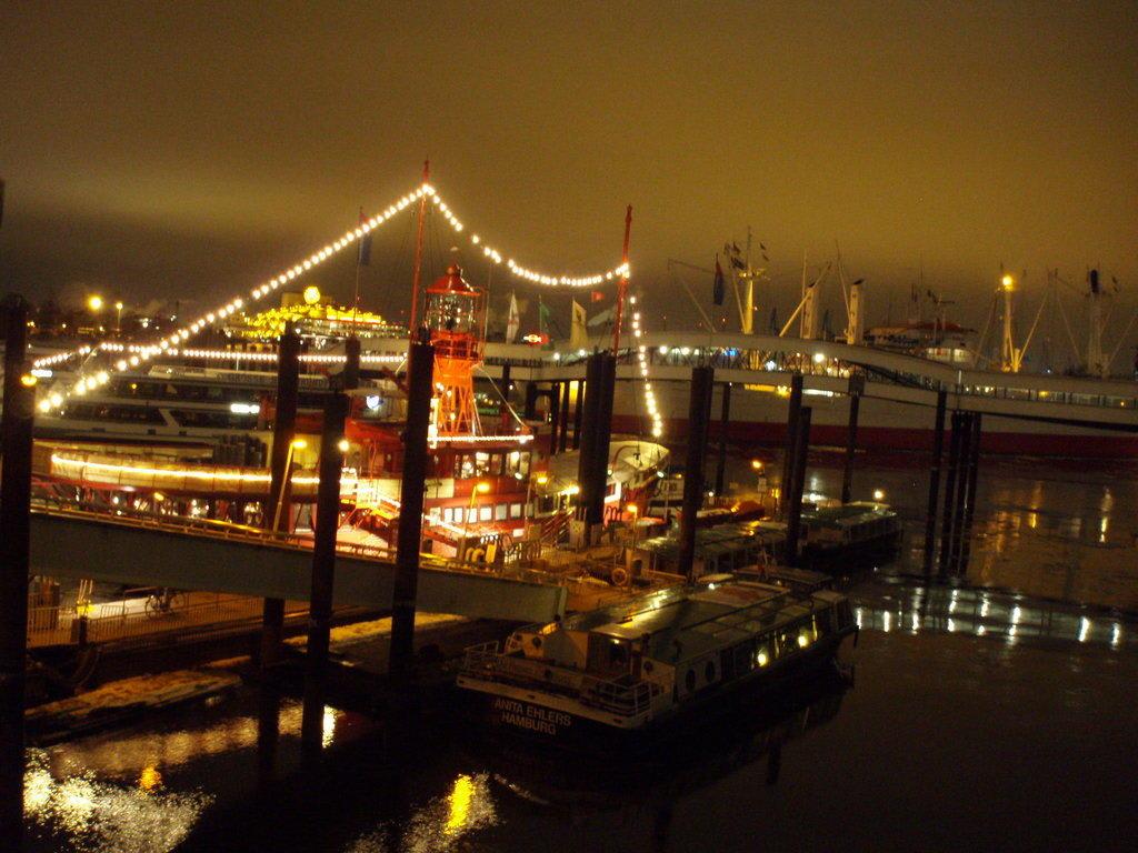 bild das feuerschiff bei nacht zu hotel feuerschiff im city sporthafen in hamburg. Black Bedroom Furniture Sets. Home Design Ideas
