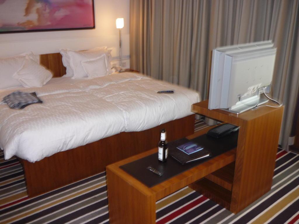bild bett mit fernseher zu hotel sofitel berlin kurf rstendamm in berlin charlottenburg. Black Bedroom Furniture Sets. Home Design Ideas