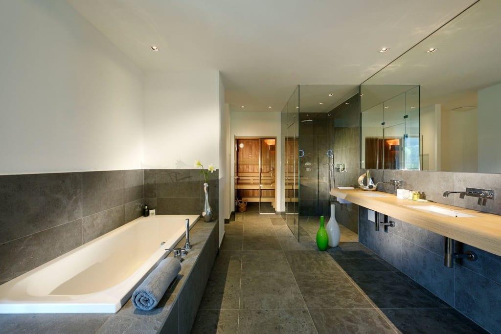 bild luxusb der in den wellness suiten mit sauna zu dolomitengolf suites in lavant. Black Bedroom Furniture Sets. Home Design Ideas