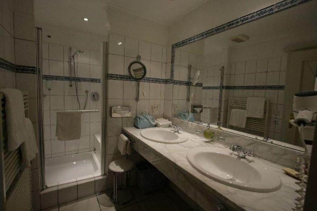 bild badezimmer dusche mit sitzgelegenheit zu romantik. Black Bedroom Furniture Sets. Home Design Ideas