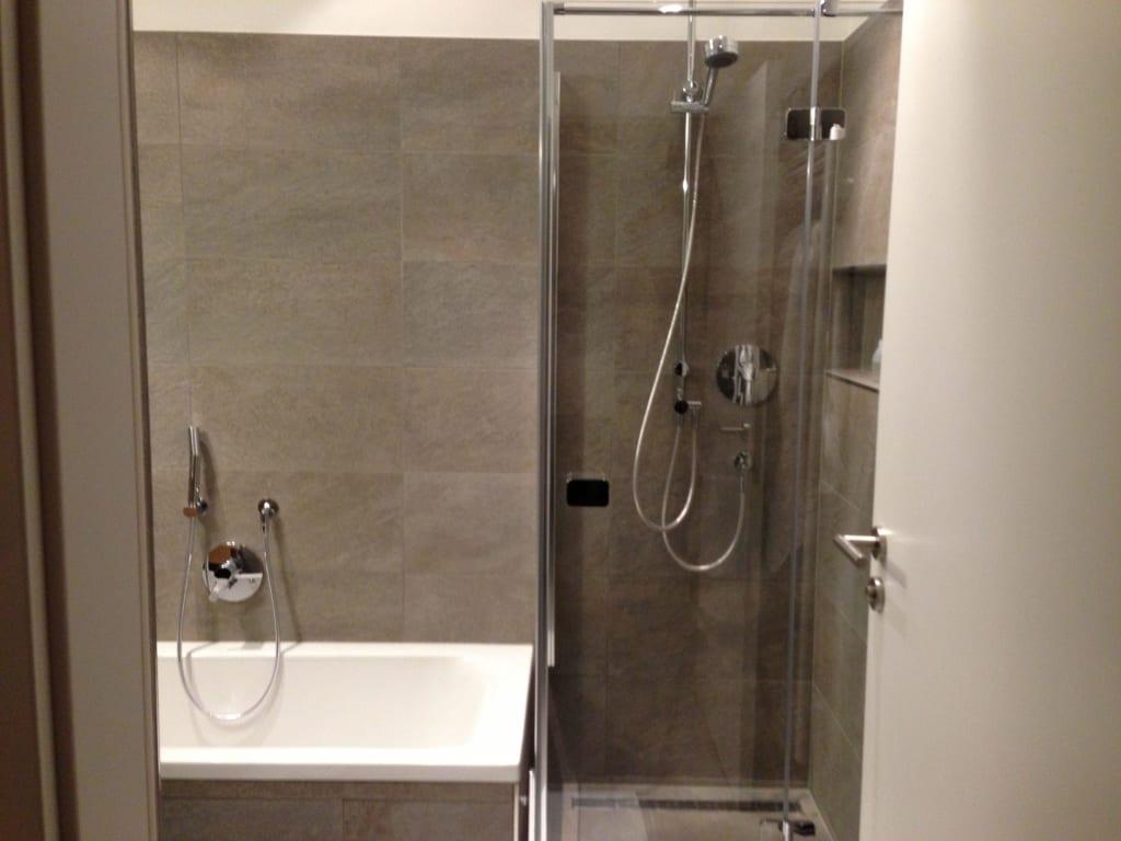 bild das luxus bad mit regen dusche und badewanne zu. Black Bedroom Furniture Sets. Home Design Ideas