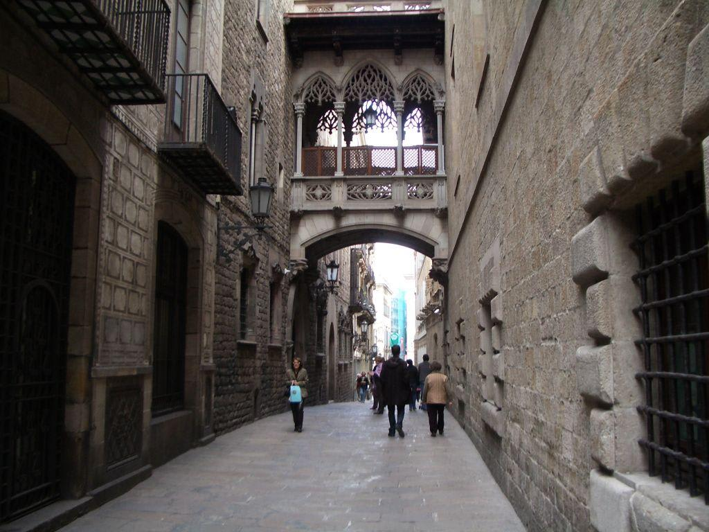 bild balkon im barri gotic zu gotisches viertel in barcelona. Black Bedroom Furniture Sets. Home Design Ideas