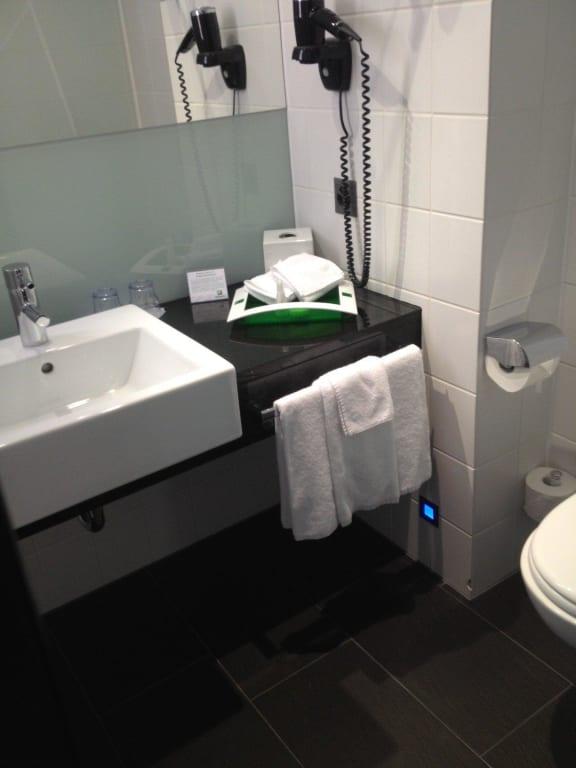 bild badezimmer in ausreichender gr sse zu holiday inn hotel westside bern in bern. Black Bedroom Furniture Sets. Home Design Ideas