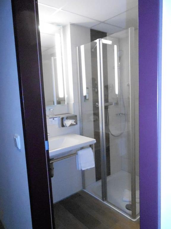 bild bad mit bodendusche zu best western plus hotel. Black Bedroom Furniture Sets. Home Design Ideas
