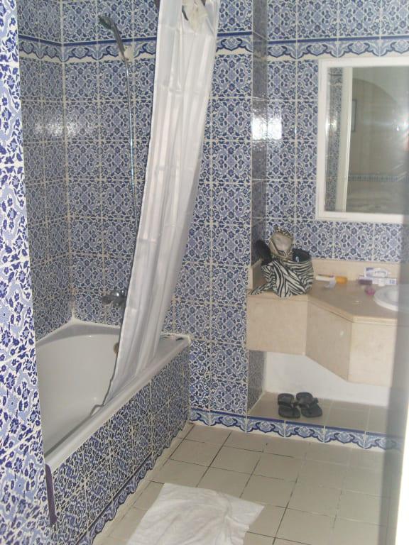 bild sehr gro e badezimmer zu hotel seabel aladin djerba. Black Bedroom Furniture Sets. Home Design Ideas