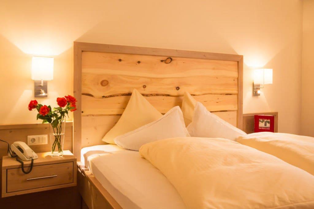 bild unbehandeltes zirbenholz als betthaupt zu g stehaus schusser in bad kleinkirchheim. Black Bedroom Furniture Sets. Home Design Ideas