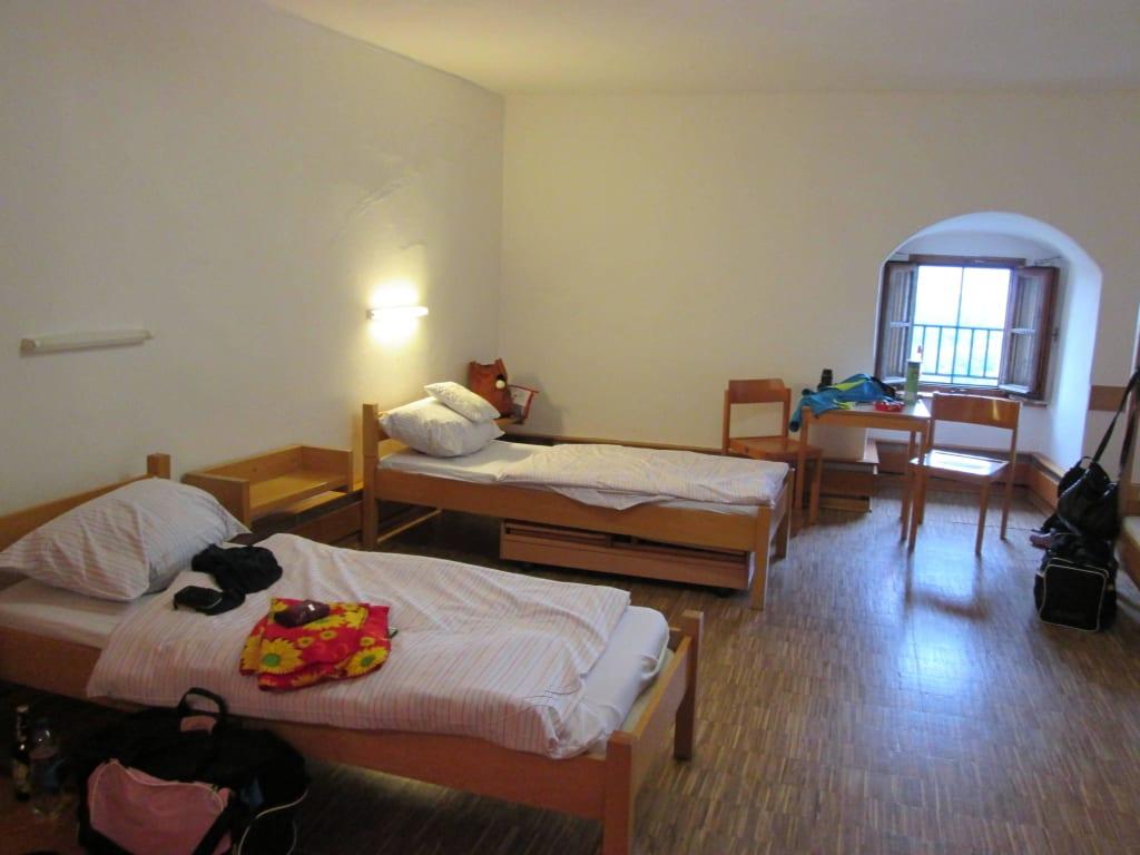 bild 3 bett zimmer zu jugendherberge saldenburg in saldenburg. Black Bedroom Furniture Sets. Home Design Ideas
