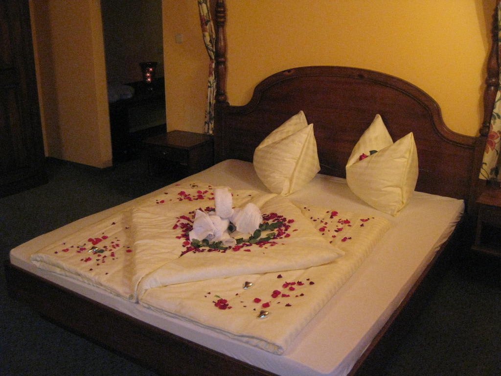 Bild romantisch dekoriertes zimmer zu hotel hahnbaum in for Hotelzimmer deko