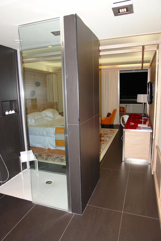 Bild dusche mitten im zimmer zu la maddalena hotel for Innenarchitekt yacht