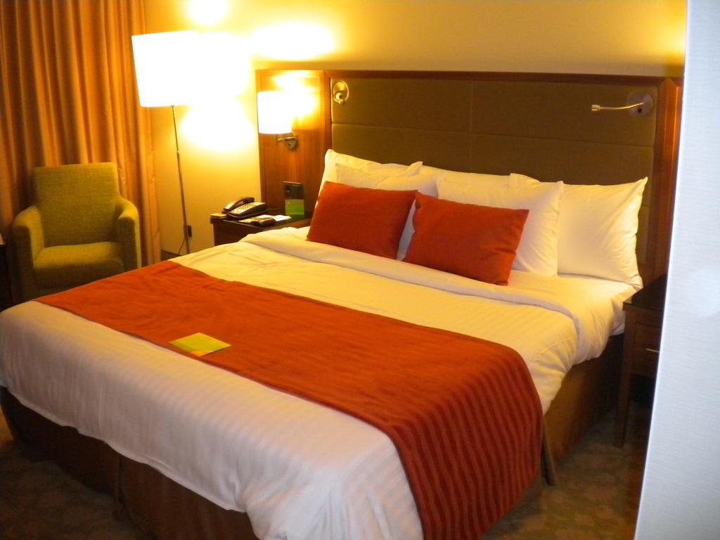 bild bequemes breites bett zu hotel courtyard by marriott bremen in bremen. Black Bedroom Furniture Sets. Home Design Ideas
